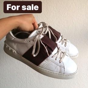 Hej :)  Sælger disse valentino sko. Str 44 Box, papir og dustbag medfølger Bin er 1649 eller byd!  Skriv privat eller 50391009 for mere