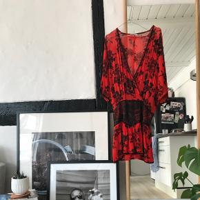 Rød smuk pallietkjole fra Ganni kun brugt et par gange. Sælges kun hvis rette bud kommer. Den er købt i Ganni Postmodern på Christianshavn for cirka 2 år siden. Mindstepris: 650