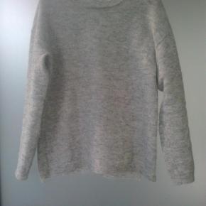 Varetype: strik trøje knit sweater bluse striktrøje Størrelse: M/L Farve: lys grå Oprindelig købspris: 350 kr.  Fin sweater  40% uld, 15% mohair, 4% elastan og 41% polyamid.  Brugt 2 gange.