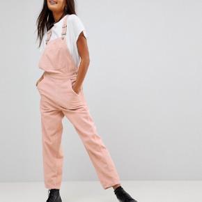 Mega, mega fede overalls fra ASOS i lyserød fløjl. Må desværre sælge, da jeg må erkende, at jeg simpelthen ikke kan passe dem. Str UK 8. Vasket en enkelt gang.