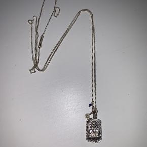 Sælger min pilgrim halskæde. Den er 70 cm og har en lille budafigur. Skriv hvis du har et bud eller vil se flere billeder.
