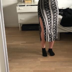 Dejlig lang nederdel med slids i 100% viskose  Aldrig brugt😯 Boheme  Elefant