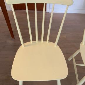 FDB spisebordsstole. Flotte og i rigtig god stand.  Vi har selv malet dem lysegul - de skal nok have et ekstra lag maling.  650,- for begge stole.