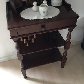 Sødt lillemøbel. Måler62 cm i højden. 45cm bred og 30 cm dybt. Der erlidt skrammer på det.
