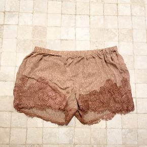 Silk shorts with lace and elastic waist. 100% silk