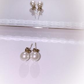 Hvide perleøreringe.   50 kr inklusiv Porto.   Matchende armbånd med perler er også til salg. Armbånd 100 kr inklusiv.
