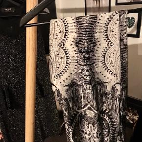 Behagelige bukser i satin-lignede stof, som giver en let fornemmelse.