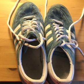 Sælger disse fede sneakers, da jeg ikke kan passe dem længere. Skoene har kun været brugt indenfor til sport, så de fremstår derfor som næsten nye.  Prisen er ikke fast, så kom med et bud. Skoene kan sendes, men køber dækker selv fragten.