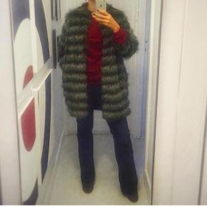 Superfed fake fur pels i 70' er stil med lommer og 3/4 ærmer. Flot oversize fit - str. 34 men kan sagtens passe en 36/38 også. Lukkes med hægter. Brugt men uden skader eller slid. Perfekt til efterårsgarderoben 🍁