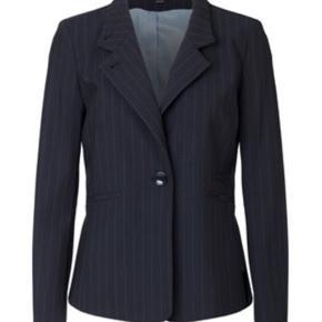 Super elegant nålestribet blazer fra Whiite. Denne style er figursyet og lukkes med to knapper foran og har tre snydelommer.  Styl denne blazer til et par stramme jeans med en t-shirt for et stilet hverdagslook eller skift tshirten ud med en hvid skjorte for et pænere look. * Model: MARION, marine Str. 38 * Kvalitet: 60% uld, 38% polyester, 2% elestan Helt ny og med mærke på endnu - Nypris 2999,-