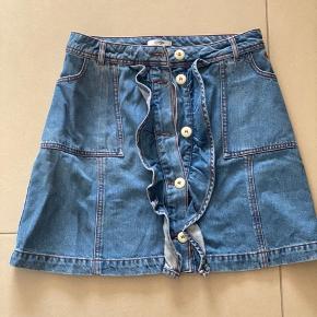 Demin nederdel med knappelukning og flæser foran
