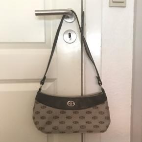 Jeg overvejer at sælge denne vintage taske, fra ukendt mærke.  - Ægte læder - Fedt og populært monogram print på. BYD