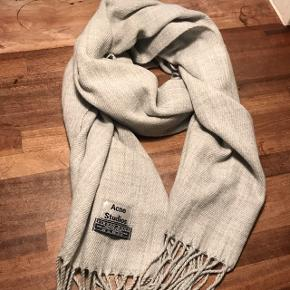 Nypris 1200,- Sælges til 750,- Nu 625. BYD   Halstørklæde fra Acne Studios 100% Virgin uld Den brede model.  Kun brugt 6-7 gange i februar 2018  Blød i kvaliteten. Kradser ikke