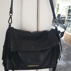 Den smukkeste taske i lækkert skind. Der ses kun nærker på hjørnerne.  Lynlås lomme bagpå og indvendigt.  Brugt ganske få gange. Sælges kun fordi jeg har for mange tasker..