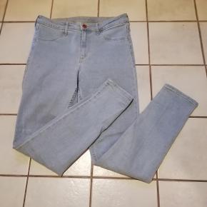 #Secondchancesummer  Denim jeans med stræk, pynte forlommer og almindelige baglommer. Størrelsen hedder 31, passer ca str medium. Brugt og vasket 1 gang.