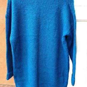 Flot uldstrik i klar blå. Dejlig blødt uld i god tyk kvalitet.  Str M 50% Uld  Kun 1 på lager i i den her farve tilbage  Har denne model i bourdeux og flaskegrøn tjek min profil
