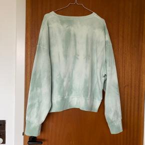 Mads Nørgaard sweater i størrelse XL. Næsten ikke brugt og fremstår som ny. Kan sendes eller afhentes på Frederiksberg