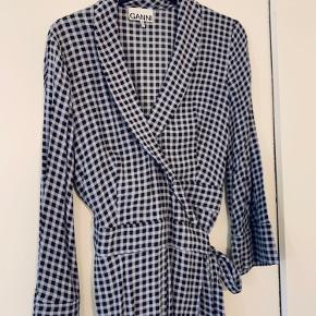 Skøn Ganni kjole med slå om style.  Vasket og brugt én enkel gang. For den desværre ikke brugt.  Nypris 1599  Hentes i Gentofte eller sendes på købers regning.