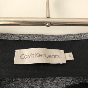 Tætsiddende nederdel fra Calvin Klein 🐚  Elegant længde. Brugt en håndfuld gange. Kan også afhentes på Amagerbro ved nærmere aftale