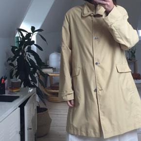 vintage frakke, brugt men i god stand - ingen  huller og pletter. den er lidt mere gul som på billede!!  sælger billigt på grunden af flytning! fitter str 36/38