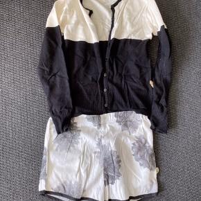 Shorts og trøje. Trøje er str.140/shorts er str.146.