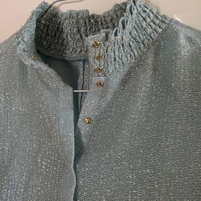 Sælger denne smukke kjole fra B&P. Passes af 34-36, og har en underkjole som også kan bruges for sig selv. Stoffet er let gennemsigtigt og glimtrer