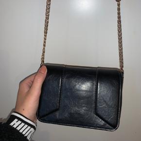 Fin lille taske med guldkæde-detalje
