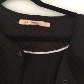 Vest/kappe fra Rue de Femme i quiltet stof - næsten ikke brugt.  Kan afhentes på Trøjborg eller sendes.