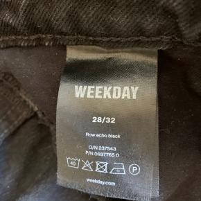 Super lækre row weekday jeans i sort. Kun brugt 2 gange, derfor står de som nye.  Str. 28/32  Nypris: 400 kr