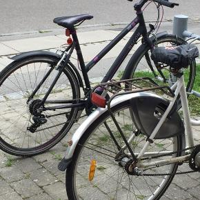 Har denne dame cykel som er købt brugt for 4måneder siden, den fejler intet og er meget velholdt den står nærmest som ny stand 9/10 virker som den skal og har 7 gear  I velkommen til at byde  Forsæt god dag:)