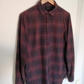 Rigtig fed skjorte fra Asos med god pasform. Skjorten er i mørke farver og gør sig virkelig godt til et par sorte jeans.  Jeg sælger den kun da jeg ikke kan passe den længere. Det har utvivlsomt været en af de fedeste skjorte i min garderobe!  Kommer fra røgfrit hjem.