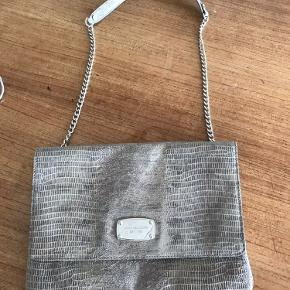 Lækker taske i Python - kan anvendes både over skulder og som Clutch - 30 x 22 cm