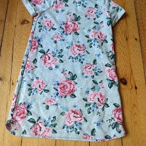 Fin T-shirt kjole med roser på. Blød og behagelig. Næsten ikke brugt. Str. 134-140 fra H&M.