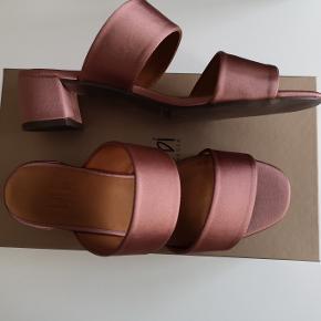Fine Billi Bi sandaler mules, slides, sliders str. 38. Super lækre og virkelig god kvalitet. Helt nye! Original æske medfølger. Det sidste billede er af samme model, så man kan se, hvordan de ser ud på :-) Hvis du er interesseret i at købe eller har nogle spørgsmål så skriv endelig her på væggen og ikke som privat besked :-)