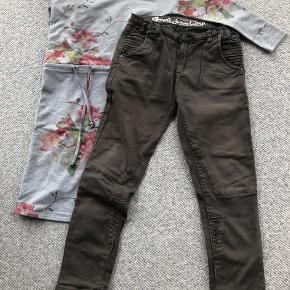 Grunt bukser str. 26 og Hound kjole str. M - svarer til 12-13 år.  Bukser i 97% bomuld og 3% elasthan - justerbar i talje - brune. Bukserne har smarte detaljer ved lommerne og på benene. Kjole i 20% bomuld, 75% polyester og 5% elasthan - bindebånd i løbegang ved talje. Kjolen har blomsterprint på en gråmeleret bund.  Prisidé dkk 100,00 - kom gerne med et seriøst bud :-)  Forsendelse med DAO dkk 36,95.