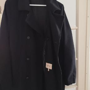 Lækker dobbeltradet frakke i uld fra svenske Whyred, model Bergmann. Brugt, men fortsat i fin stand. Størrelse 48/M