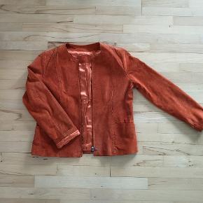 Læder jakke fra alain klein. 100% læder. Str 42. Brændt orange farve.