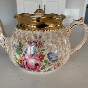 Fin vintage  thekande fra Arthur Wood, England, med blomster og guldkanter. Thekanden er meget velholdt og uden skår. Højde 11,5 cm