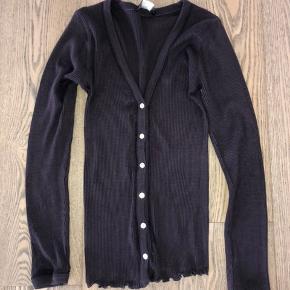 Smuk tynd cardigan fra Rosemunde. Mørklilla/Auberginefarvet. Brugt meget lidt. Lavet i 70% Silke og 30 % Bomuld.