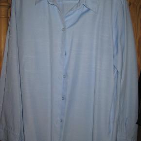 Smuk klassisk lyseblå skjorte. Mål over bryst: 55 cm Længde: 62 cm