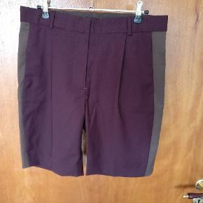 Flot blomme farvet shorts fra Wood Wood. Måler i livet Ca. 40cm målt faldt på tværs og længden er 45/48 cm henholdsvis oprullet i bunden og helt faldt Mp. 225