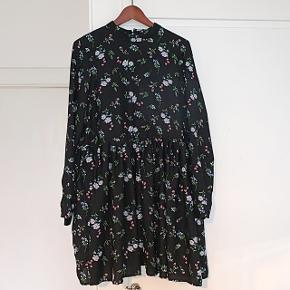 Fin kjole med blomsterprint. Kun brugt en enkelt gang😊