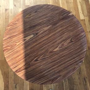 Sælger dette sofabord for min kæreste. Der er lidt brugsmærker, men ellers fin stand. Benene kan skrues af.