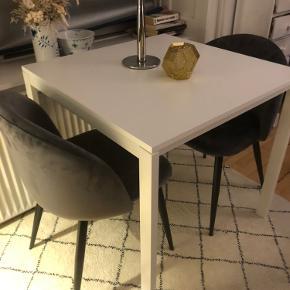 Super fint 75x75 cm spisebord fra Ikea. Er købt for to måneder siden og fremstår som nyt. Sælges kun da jeg skal flytte 😊