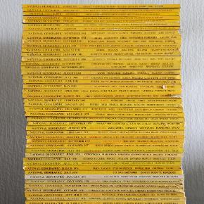NATIONAL GEOGRAPHIC  National Geographic blade, månedlige udgaver fra jan 1977 - jan 2016. I perfekt stand, og nogle kommer med deres kort (poster størrelse).   Sælger dem sammen. 55stk.