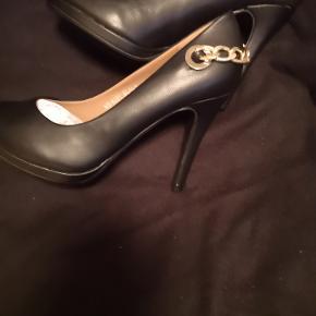 Super flot sko i 38 :) Aldrig prøvet.. Sælges kun da jeg bare må erkende,at jeg har alt for meget af alt :) Nyprisen kan jeg ikke huske,men 500 plusminus er deromkring jeg normalt køber sko :)