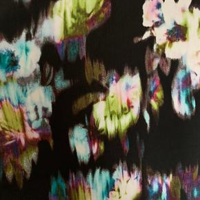Rigtig fin og farverig kjole i 100% polyester.