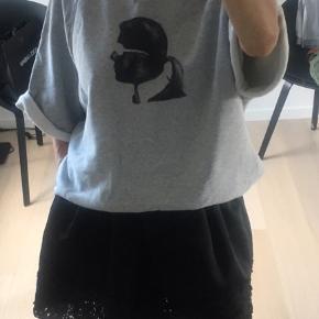 Super lækker trøje/t-shirt fra Karl Lagerfeld.   Brugt max 5 gange så i din stand.