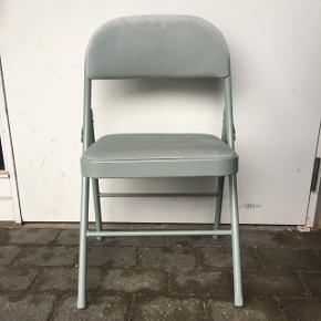 Jeg sælger fire af disse lækre mint grønne velour klapstole. Man sidder meget behageligt da siddepuden er en tyk velour pude. 2 af dem er fuldstændig ubrugt, mens de andre to har været minimalt  i brug - men har ingen tegn på slid. Stolene er fra søstrene grene , jeg har stadig kvittering hvis den ønskes.   Nypris 178 pr. Stk. Sælges for 79 pr. Stk. Hele sættet sælges for 300  Skriv for mere info