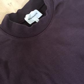 Lækker langærmet highneck T-shirt / sweatshirt i tyk 100% bomuld. Farven er bordeaux/lilla Brugt og vasket 3-4 gange